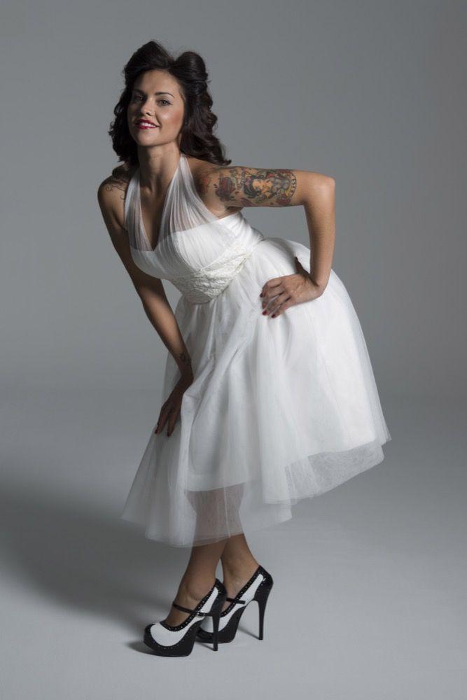 vestido de novia corto en tul atado al cuello